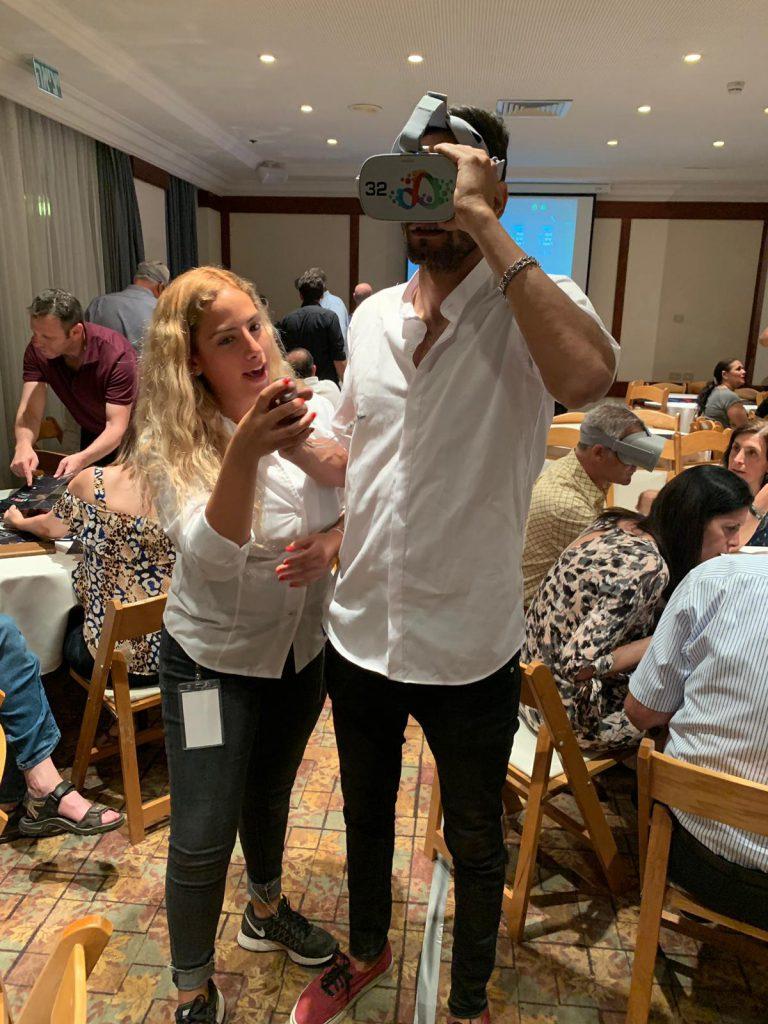 אנשים משחקים עם משקפי מציאות מדומה